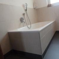 Badezimmer mit Bad