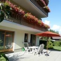 Sonniger Garten mit grosser Terrasse